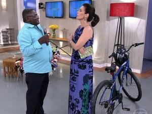 Seu Joaquim e sua bicicleta inseparável (Foto: TV Globo)