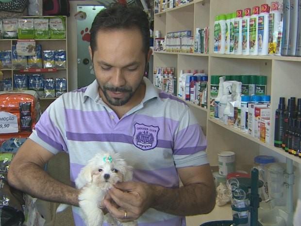 A filhote Cocada no colo do dono após a mãe ter sido tratada com medicamentos homeopáticos durante a gravidez (Foto: Reprodução/TV Rondônia)