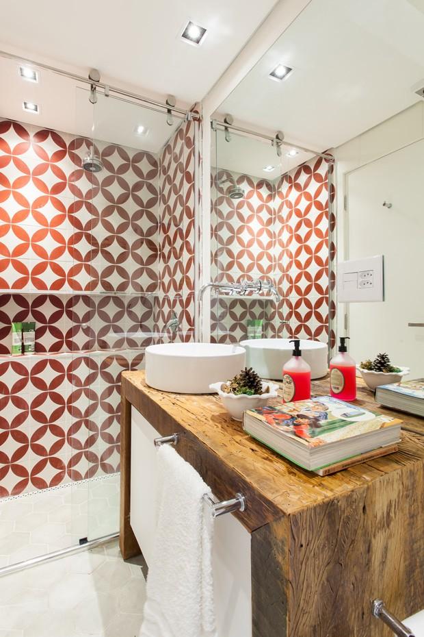 Apartamento pequeno decorado tem parede de tijolinhos e jeito de casa  Casa  -> Banheiro Decorado Ladrilho Hidraulico