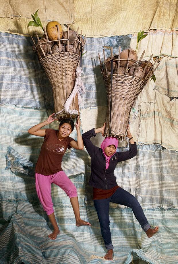 Mulheres carregam pesos da cabeça: Sary e Nifah, da Indonésia, com grandes cestos de frutas (Foto: Floriane de Lassée)