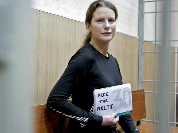 Teve início por volta das 4h30 desta quinta-feira (24) a audiência da ativista brasileira Ana Paula Maciel, uma das 30 presas na Rússia após um protesto ambientalista  em uma plataforma de petróleo no Mar do Norte, no Ártico. (Foto: Igor Podgorny/ Greenpeace International/ AP)