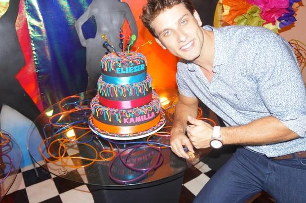 Eliéser com o bolo de aniversário (Foto: Rodrigo Agustini Sanches/Divulgação)
