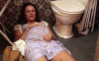 Paloma tem a filho em banheiro de boteco (Foto: TV Globo)