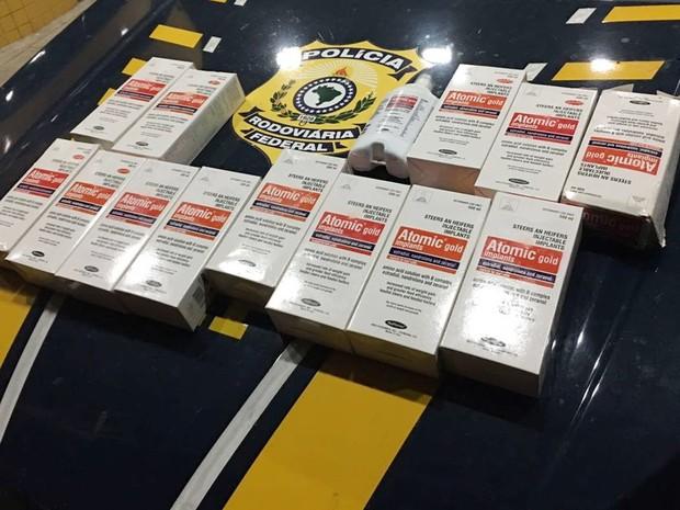 Quatorze embalagens importadas de Nandrolona, contendo 500 ml cada, foram apreendidas  (Foto: PRF/Divulgação)