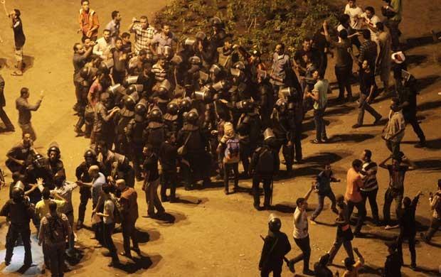Policiais cercam manifestantes na na Praça Tahrir, no Cairo (Foto: Mohamed Abd El Ghany/ Reuters)