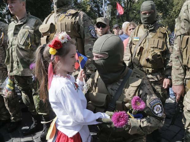 Familiares se despedem de voluntários que são enviados ao leste da Ucrânia para lutar contra separatistas pró-Rússia (Foto: ucrânia, leste, separatistas, voluntários)