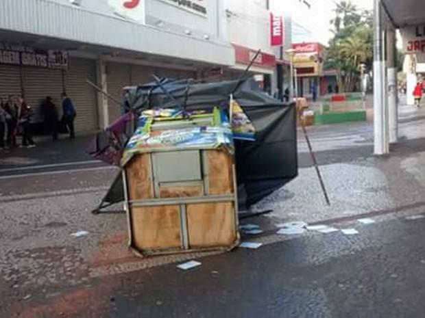 Cabine de venda de cartão telefônica foi derrubada (Foto: Reprodução / TV TEM)