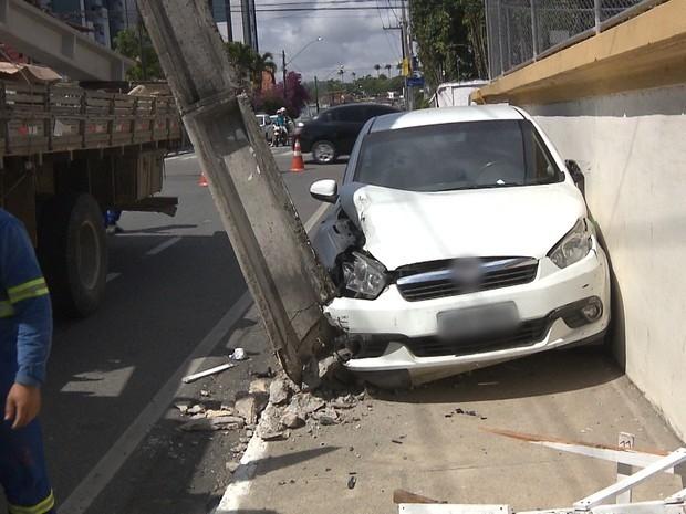 Carro bateu em poste no bairro da Prata, em Campina Grande (Foto: Reprodução/TV Paraíba)