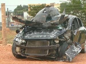 Veículo ficou destruído após o atropelamento em Louveira  (Foto: Reprodução / EPTV )