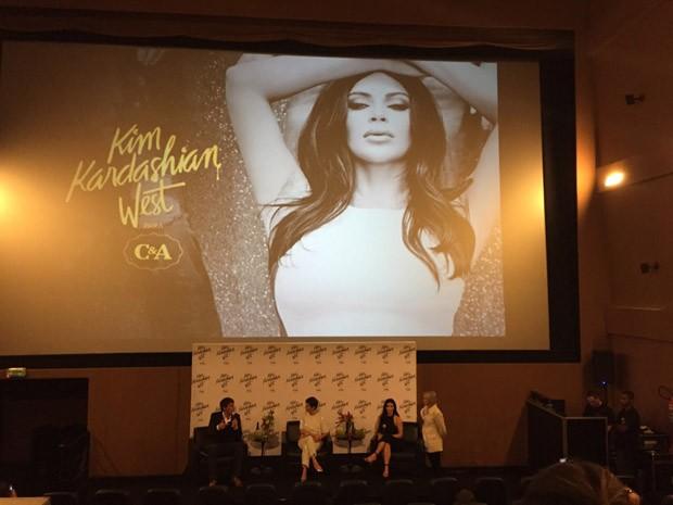 Kim Kardashian em coletiva de imprensa apresentada pela editora de moda do GNT, Lilian Pacce (Foto: Maria Eduarda Padilha)