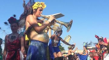 Grávida em perna de pau é a musa da Orquestra Voadora (Andressa Gonçalves/G1)