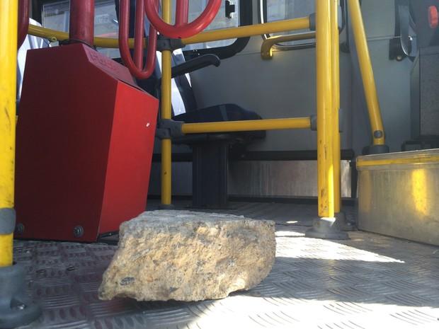 Pedra gigante foi arremessada em ônibus (Foto: Daniel Silveira/G1)