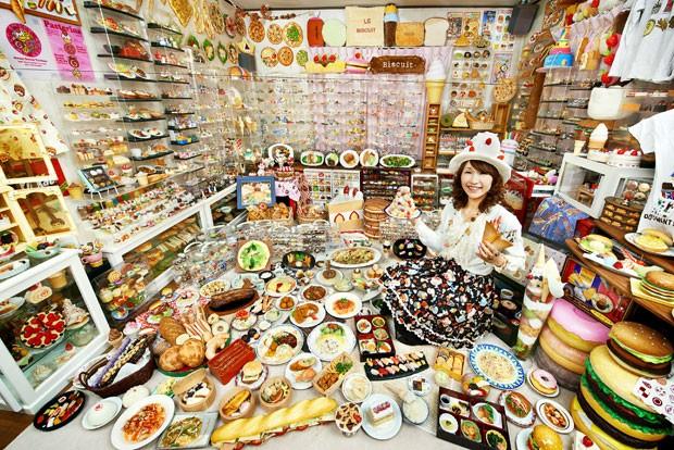 Akiko Obata tem maior coleção de comidas de plástico (Foto: AFP/Guinness World Records/Shinsuke Kamioka)