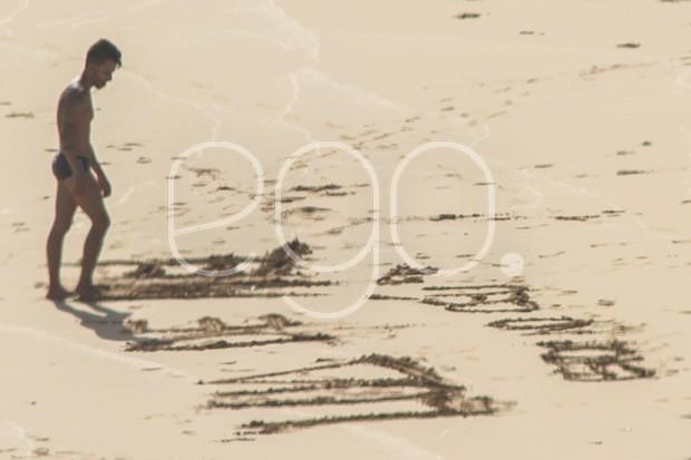 Junior Lima e a mulher na praia do Leão (Foto: EGO)