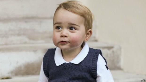 """As imagens do menino foram divulgadas em agradecimento por """"boicote"""" ao trabalho de paparazzi  (Foto: BBC)"""