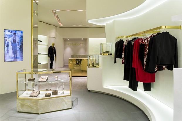 A loja inaugura com a coleção de verão 2015 nas araras (Foto: Divulgação)