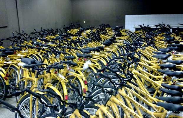 Bicicletas do programa Caminho da Esccola armazendas sem uso em escola no Riacho Fundo, no Distrito Federal, desde o lançamento do projeto, em agosto do ano passado (Foto: Filipe Matoso/G1)