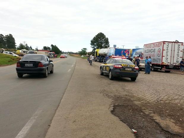 Em Soledade (RS), caminhoneiros se concentram no acostamento das rodovias (Foto: PRF/Divulgação)