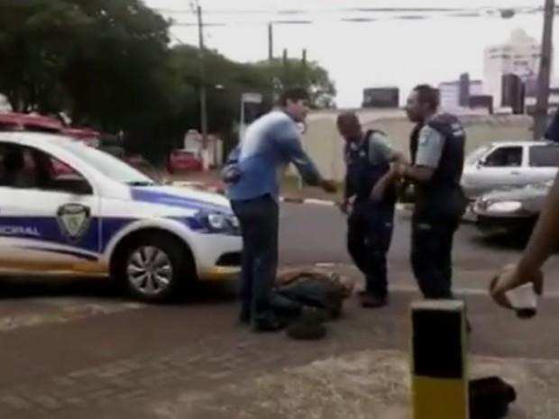 Guarda Municipal de Foz vai investigar a conduta de agentes que deram choques em artista de rua (Foto: Reprodução/RPC)