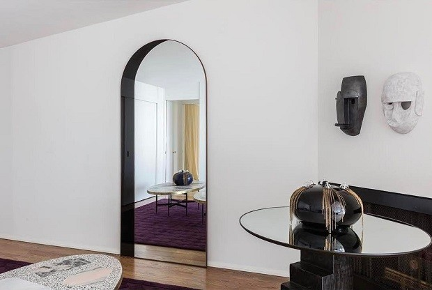Quando encostado no chão, o espelho se parece com uma porta (Foto: Reprodução/Instagram)