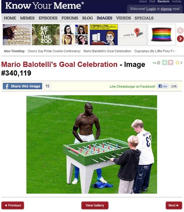 Balotelli aparece brincando com crianças (Foto: Reprodução)