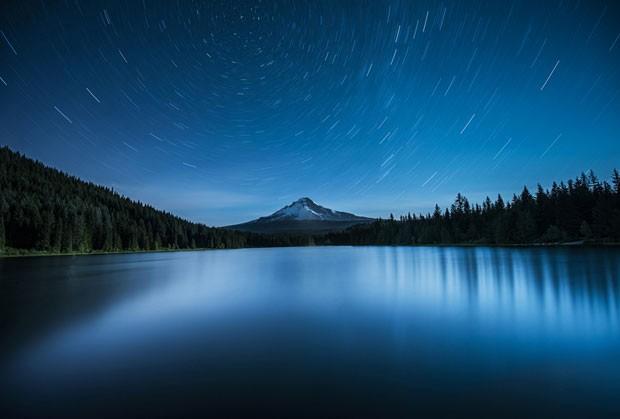 A Estrela do Norte, Polaris, aparece alinhada com o Mount Hood, no Oregon (EUA), e o lago Trillium. O fotógrafo usou exposição de 20 minutos para criar rastros de estrelas mapeando a rotação da Terra (Foto: Garrett Suhrie/Observatório Real de Greewich)