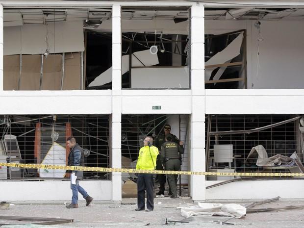 Peritos analisam escritório atingido por explosão em Bogotá, na Colômbia, na quinta-feira (2) (Foto: AP Photo/Fernando Vergara)