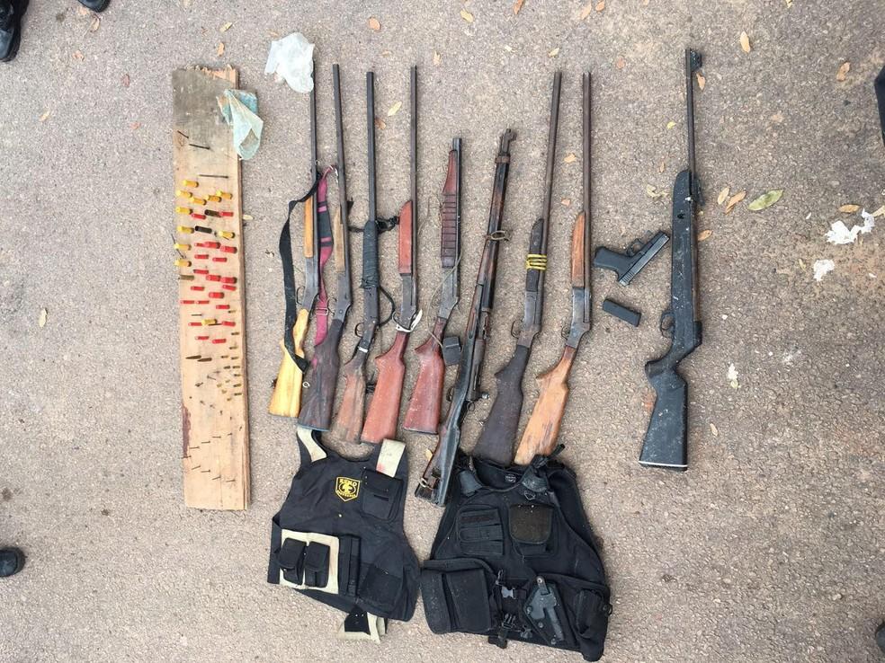 Armas e coletes apreendidos na fazenda (Foto: Ascom/PC)