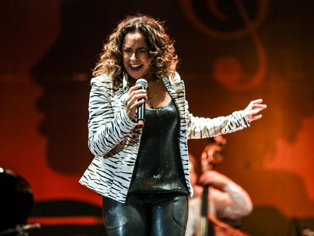 SÁBADO (18) - Daniela Mercury solta a voz em apresentação no Palco Júlio Prestes (Foto: Raul Zito/G1)