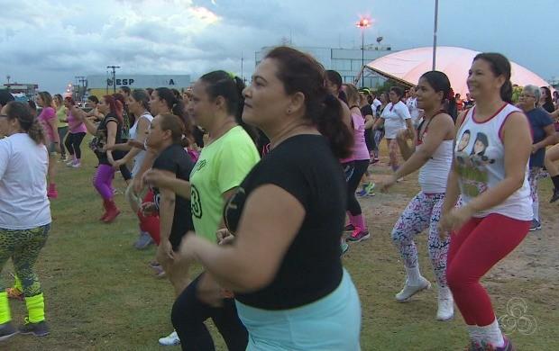 Amapaenses trocaram o descanço de domingo por uma aula da zumba (Foto: Amapá TV)