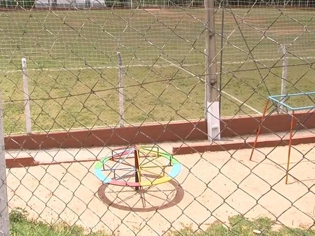 Parquinho e campo de futebol foram apontados como locais de infecção (Foto: Reprodução/TV TEM)