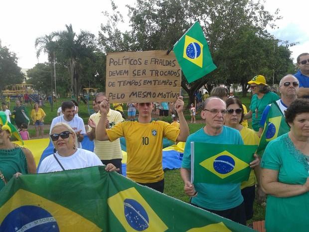 Concentração de manifestantes na Praça Panambi em Paraguaçu Paulista  (Foto: Denise Moreira/ Arquivo pessoal )