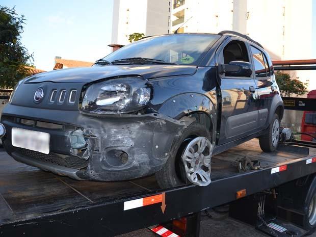 Carro atingiu o muro de um prédio no bairro de Manaíra (Foto: Walter Paparazzo/G1)