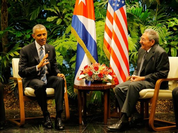 Barack Obama e Raul Castro durante encontro histórico no Palácio da Revolução, em Havana (Foto: Carlos Barria/Reuters)
