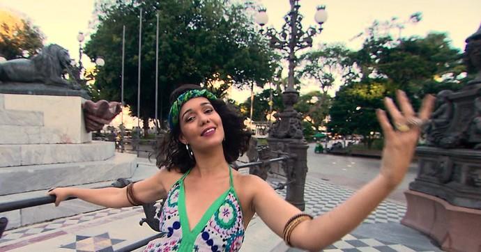 Renata Menezes fez as entrevistas e interpretou o espírito hippie (Foto: TV Bahia)
