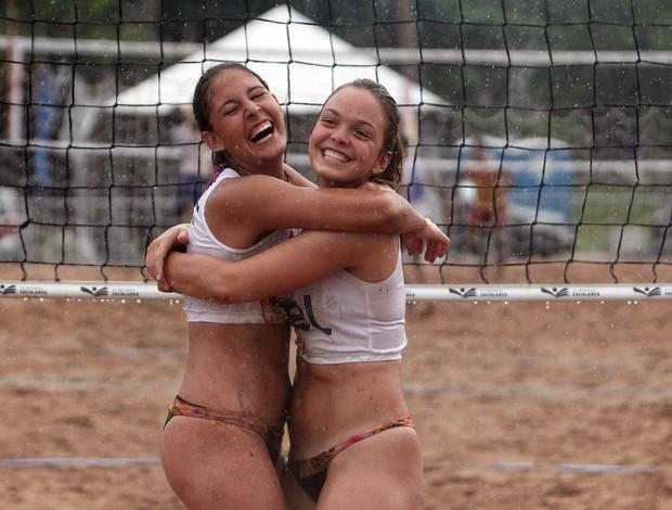 Luísa e Paula se abraçam após a conquista do ouro no vôlei de praia das Olimpíadas Escolares (Foto: Andre Mourao/AGIF/COB)