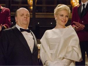 Toby Jones e Sienna Miller em cena do filme 'The girl', em que interpretam Alfred Hitchcock e Tippi Hedren (Foto: Divulgação)