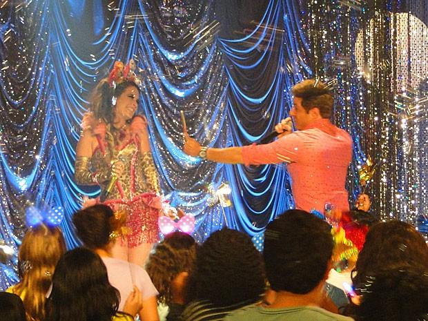 Chayene brilha com Fabian em um show... para crianças! (Foto: Cheias de Charme / TV Globo)