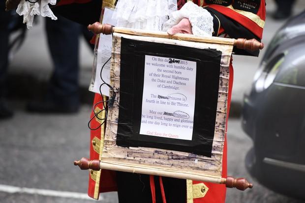 O anúncio do nascimento foi escrito em um pergaminho (Foto: AFP)