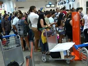 Com voos atrasados e outros cancelados, criaram-se grandes filas e bagagens ficaram amontoadas.  (Foto: Reprodução/TV Tapajós)