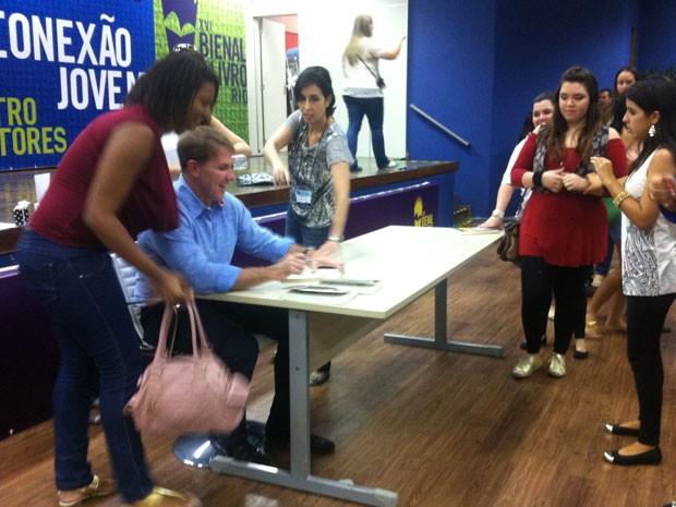 Escritor encanta fãs em tarde de autógrafo na Bienal do Livro, no Riocentro (Foto: Isabela Marinho / G1)
