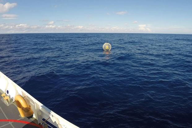 Guarda costeira dos EUA resgatou homem que estava à deriva em alto-mar em bolha inflável (Foto: US Coast Guard / PO3 Mark Bar/AFP)