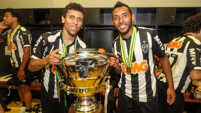 Marcos Rocha e Claudinei posam com a taça da Copa do Brasil (Foto: Bruno Cantini/Flickr do Atlético-MG)