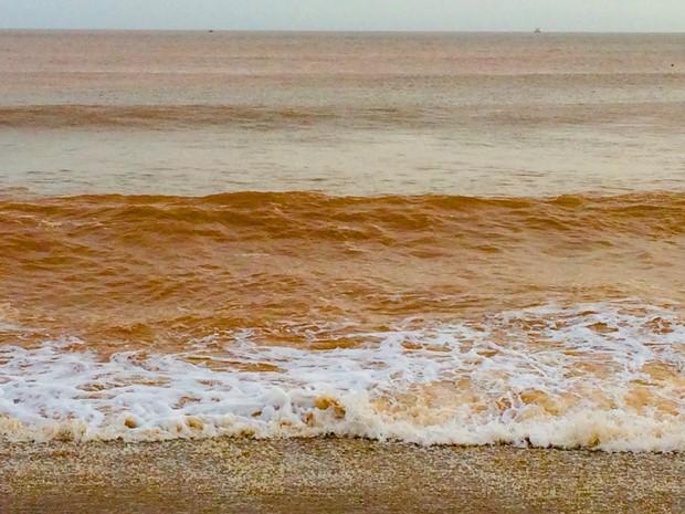 O mar é visto da cor da lama em Regência, no Espírito Santo (Foto: Flávia Mantovani/G1)