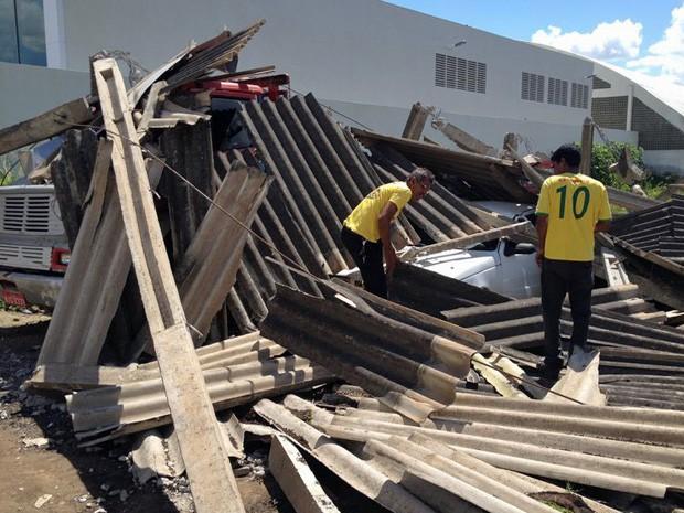 Galpão da Prefeitura de Carpina desabou nesta quinta-feira (3) (Foto: Kety Marinho / TV Globo)
