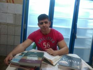 Eduardo Henrique diz que estuda em casa e que conta com ajuda da internet (Foto: Arquivo pessoal/ Eduardo Henrique)