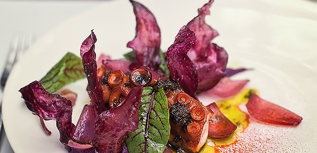 Polvo com purê de batata roxa, cebola roxa e azeite de picada (Foto: Lufe Gomes/ Editora Globo)