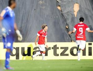 Forlán e Damião (Foto: Alexandre Lops/Divulgação, Inter)