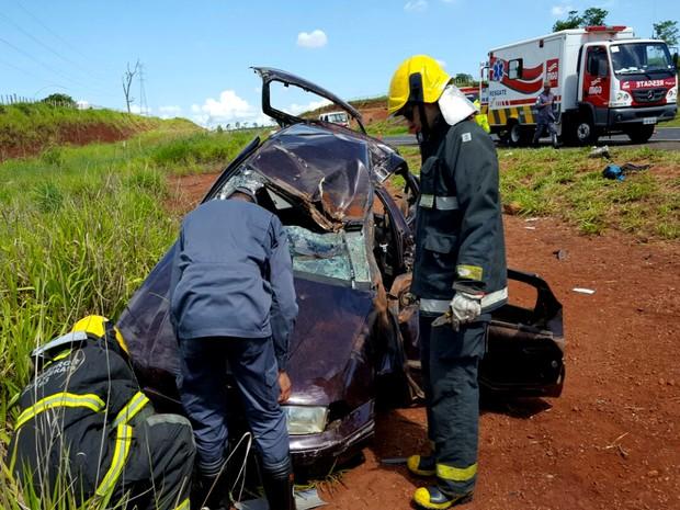 Três pessoas ficaram feridas em capotamento em Anel Viário nesta sexta-feira (30) Uberlândia (Foto: Corpo de Bombeiros/Divulgação)