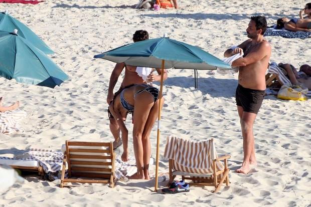 Lea T vai à praia de Ipanema no RJ (Foto: JC Pereira/AgNews)